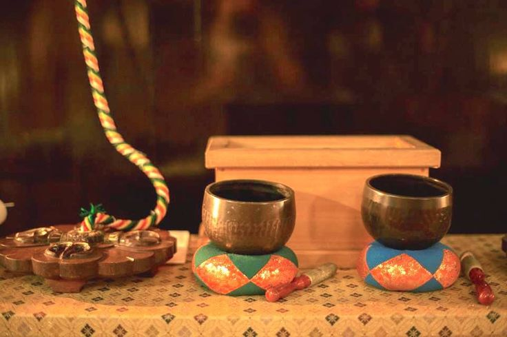 Singing bowls - also known as Himalayan bowls - are used in yoga, music therapy, sound healing, and religious ceremonies. In the Buddhist tradition, they are played to signal the beginning and the end of silent meditation cycles. Tibetan bowls emit very pure tones, close to sine waves. Their sound is a synonym of purity for our ears.