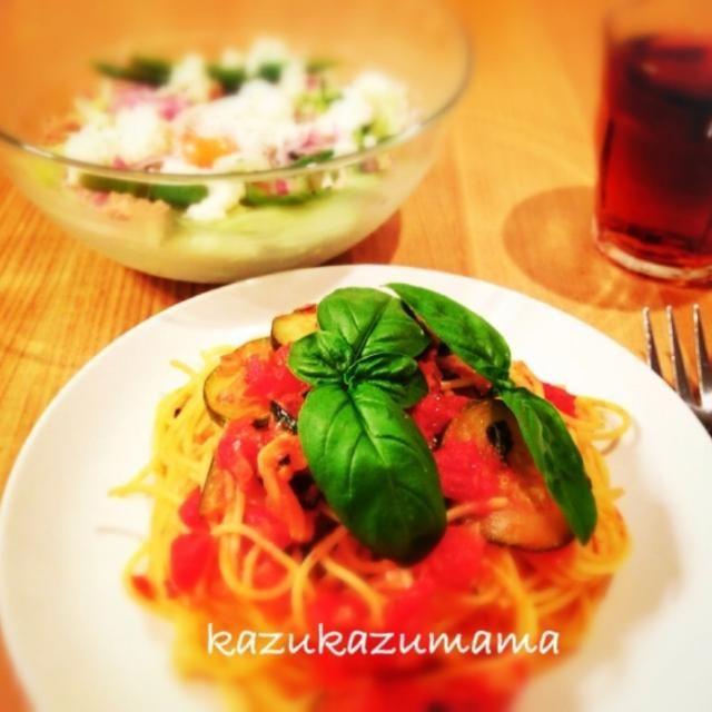 今夜は ズッキーニとバジルのトマトパスタ 色々野菜の温卵チーズサラダ  ご馳走様フフフーン♪(◉ε◉*) - 40件のもぐもぐ - ズッキーニとバジルのトマトパスタ by kazukazumama