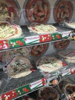 糸島のスーパーでPIZZA REVOのピザを発見  PIZZA REVOピザレボといえば薬院で人気の格安ピザ専門店  お店で食べられる以外にも冷凍したピザの通販もされていて 楽天ランキングでは常に上位入賞の大人気店です   そんなピザレボのピザが糸島のスーパーに卸されてるとは 割高なのかと思いきや 楽天価格756円の商品が734円で売られていたりと 送料のことも考えると結構お得  近くにお住まいの方はぜひ買ってみて下さいヽ( )/美味しいよ    マルコーバリュー波多江駅前 http://ift.tt/1spRNrk]