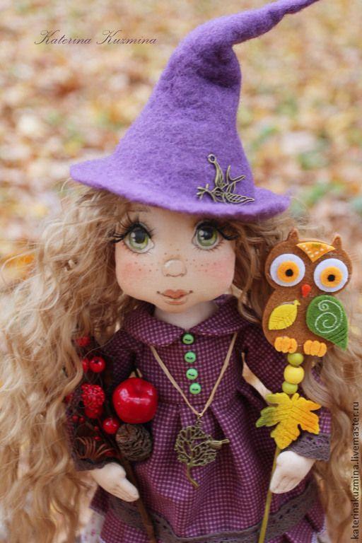 Купить или заказать Лесная Колдунья Брю. Текстильная куколка. в интернет-магазине на Ярмарке Мастеров. Лесная Колдунья Брю. Это третья куколка из серии Маленькие Колдуньи. Еще с детства я любила мультик про добрую колдунью...в этот раз на свет появилась именно Лесная.....в ручке у нее волшебные травы и ягоды, из них она делает лекарства- зелье, исцеляющие людей, животных. А как же без верного помошника- Совы? Конечно он есть. Он может взлететь высоко над лесом и разглядеть опасности и…