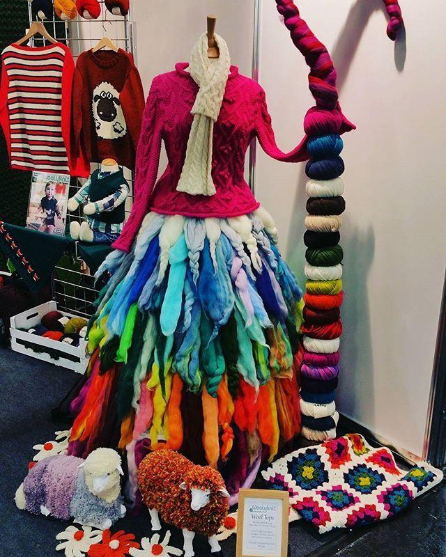 Hüterin des Wollregenbogens #wolle #regenbogen #schafe #rainbow #granniesquare #crochet #knitting #sheep #shepard #wool #woolroving #latergram #h Cologne #knittersofinstagram #crochetersofinstagram #knittingisthenewyoga #strickenmachtglücklich #strickenisttoll #stricken #häkeln #Garn