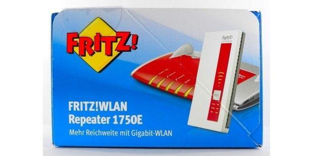 Ein AVM FRITZ!WLAN Repeater 1750E (rechts vorne) verstärkt in der Regel das Signal eines modernen WLAN-Routers: Etwa einer 11ac-Fritzbox 7490 oder einer 11n-Fritzbox 7390 oder anderer WLAN-Router anderer Hersteller.