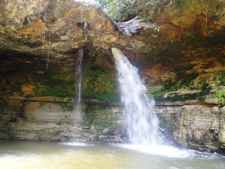 Cachoeira da Pedra Furada, em Presidente Figueiredo, estado do Amazonas, Brasil. A Cachoeira da Pedra Furada é mais bonita durante a cheia dos rios, entre fevereiro e maio.  Fotografia: mochileiro.tur.br