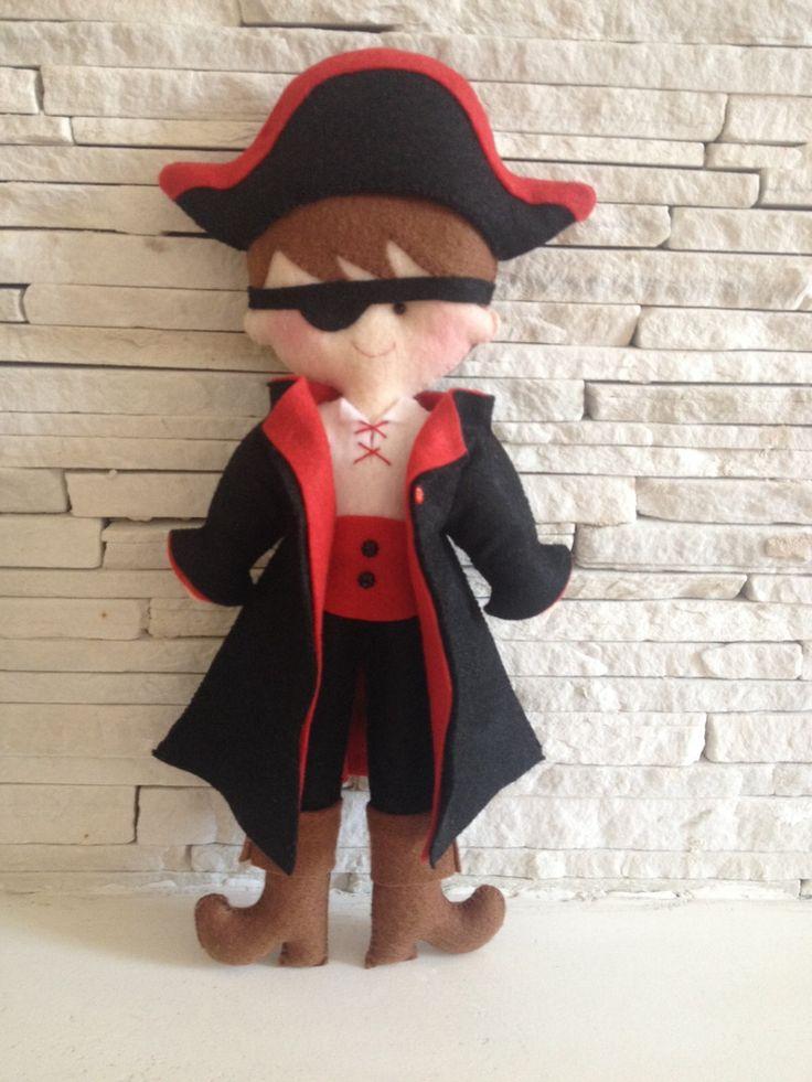 Boneco Pirata em feltro <br>30 cm de altura