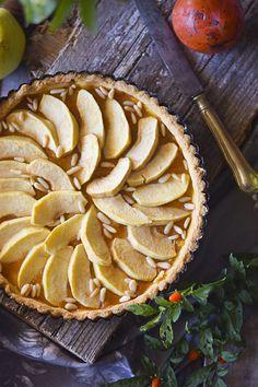 Crostata di mele con marmellata e pinoli