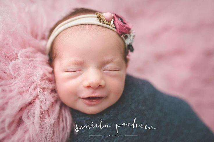 Sonrisas y más sonrisas Esta chica linda nos dio una sesión genial!!!! Y ahora todo listo y el estudio calientito para recibir a un guapetón!!! #lovemyjob #reciennacidos #newbornphotographer #newborn #bebes #fotosdebebes #danielapachecofineart #danielapacheco