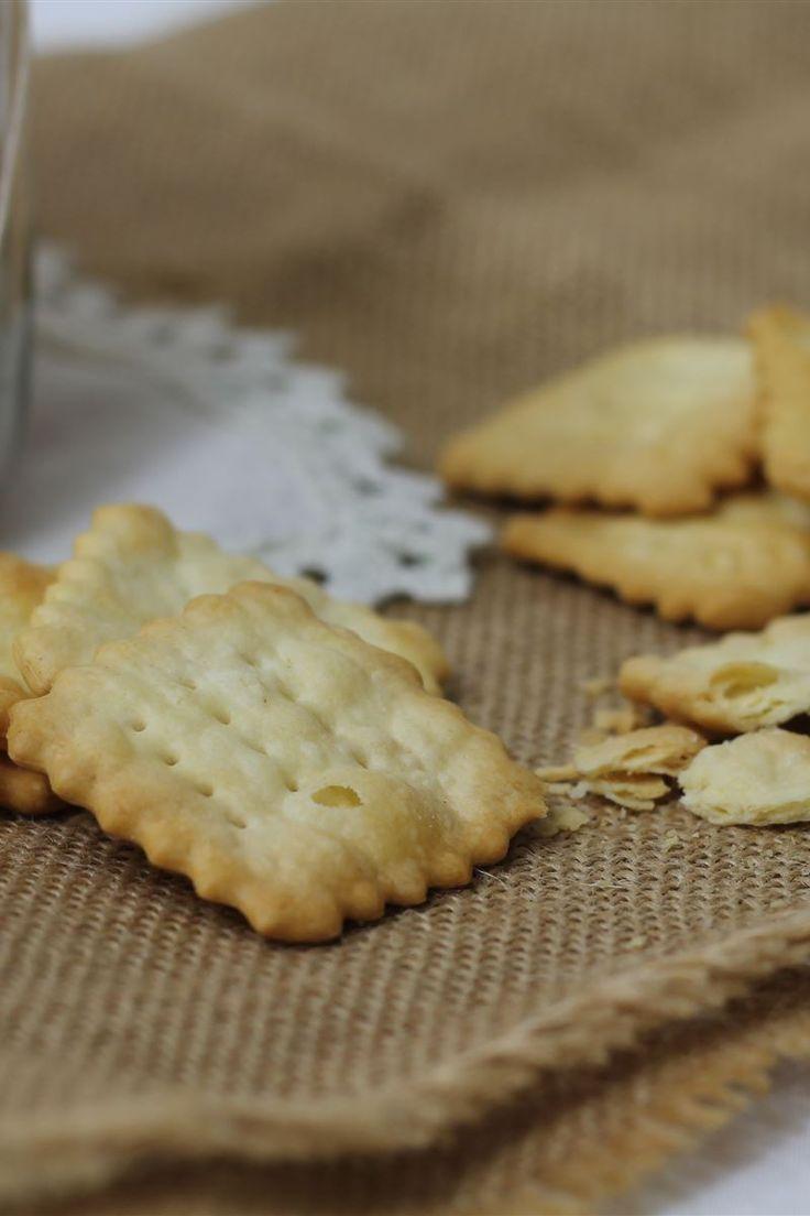 I crackers sono sfoglie sottili di pasta con una consistenza molto secca e croccante ideali per uno spuntino da sgranocchiare in ogni momento della giornata o semplicemente ottimi per accompagnare i vostri antipasti in tavola.