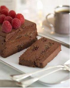 Ecco per voi la ricetta per preparare un delizioso Semifreddo al cioccolato, un dessert fresco e goloso che potete fare con il cioccolato delle uova di Pasqua.