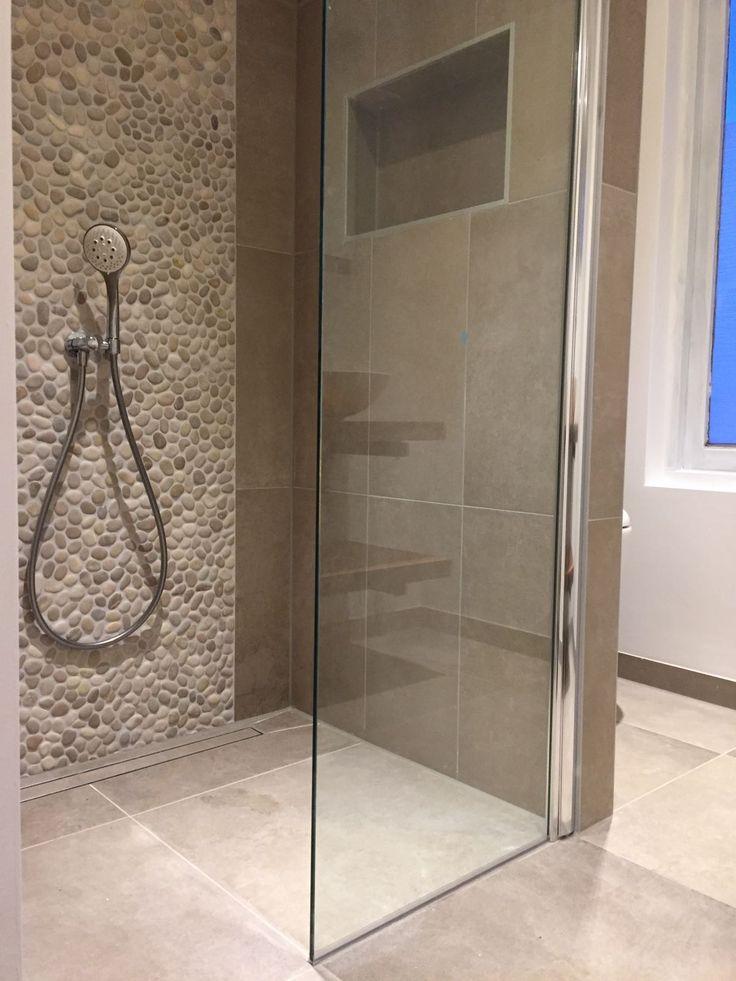 Kiezels in de badkamer, hier in combinatie met een taupe tegels 60x60 en 30x60 (37-LA). De combinatie blijft prachtig!