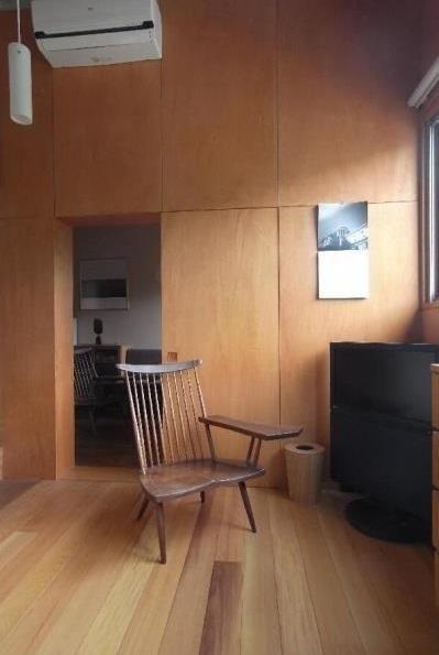 寝室/壁:シナベニヤ柿渋塗装 床:杉板(ローコストリノベーション  無機質空間から木質空間へ) - ベッドルーム事例|SUVACO(スバコ)