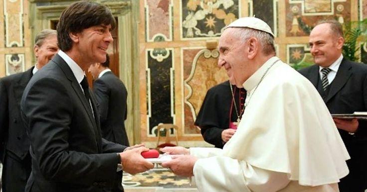 Papa recebe seleção alemã e diz que equipe é 'exemplo'