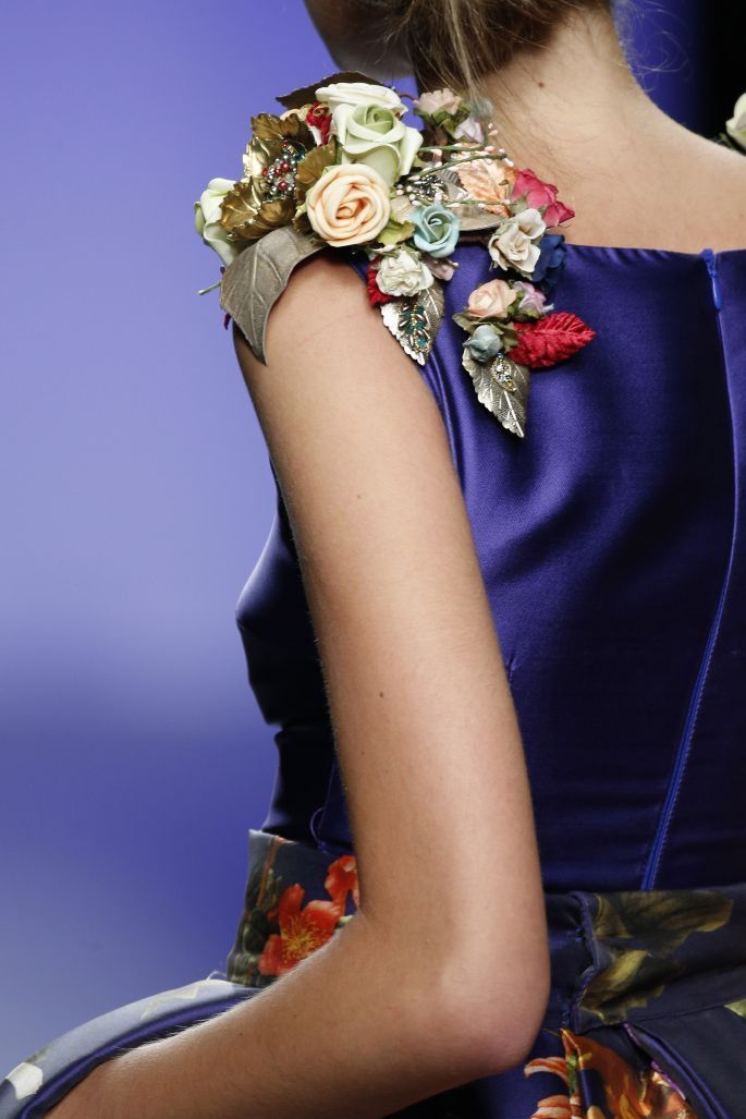 Además de las aplicaciones en pedrería, las flores le darán un toque ultra femenino y chic a tu look.