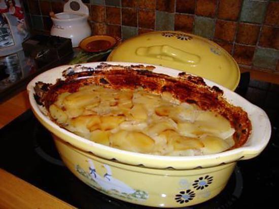 La meilleure recette de BAECKEOFFE recette traditionnelle alsacienne! L'essayer, c'est l'adopter! 4.9/5 (14 votes), 37 Commentaires. Ingrédients: 500 gr d echine de porc/500gr epaule de mouton desossée/500gr de poitrine de boeuf desossée /1 kg de pommes de terre/500gr d oignons75 cl de vin blanc sec (type riesling ou pinot blanc)moi c est riesling!!!/un bouquet garni /sel / poivre / un peu de farine /