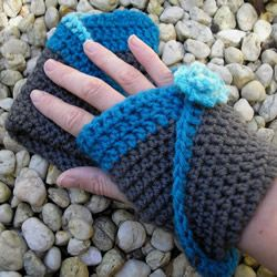 I received a sample pack of Tarndwarncoort yarns and thought the aqua hand dyed Polwarth would make a lovely feature on these grey gloves