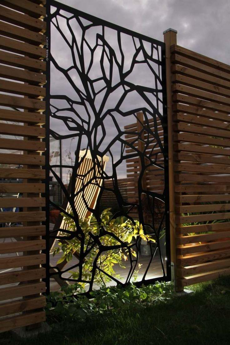 tolle Kombination - verspielte Panels aus Metall und Holzlamellen als Sichtschutzzaun