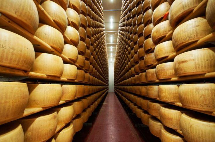 Il Parmigiano Reggiano è il formaggio tipico dell'Emilia Romagna. La sua produzione risale al XII° secolo, quando i monaci benedettini locali iniziarono