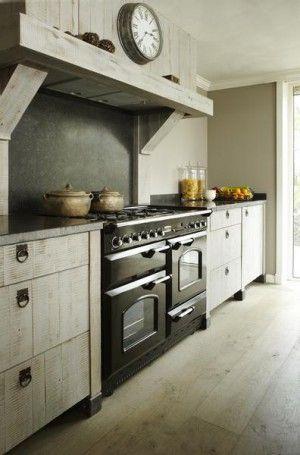 In de landelijke stijl zien we veel hout. Deze keuken past dan ook precies in deze stijl! Met houten kastjes met leuke greepjes en een groot fornuis: lekker huiselijk!