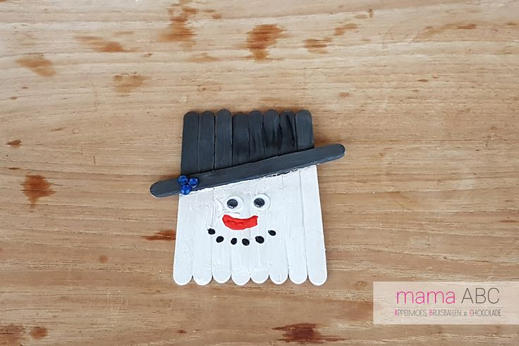 Staat bij jullie al de kerstboom? Hij is vast mooi versierd met prachtige lichtjes en kerstballen. Maar een kerstboom is pas echt af als er zelfgemaakte versieringen van je kind inhangen. Ga daarom samen lekker aan de slag en maak een paar grappige sneeuwpoppen.  https://mamaabc.be/sneeuwpop-kerstversiering-maken/