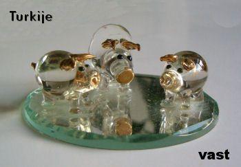Dit setje is te koop voor 7,95 euro - http://fmlkunst.home.xs4all.nl/glazenvarkens1/glas1.htm