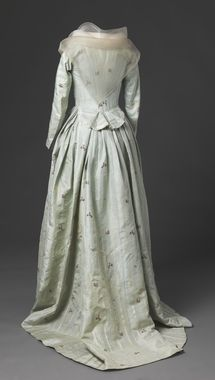 DigitaltMuseum - Antrekk. Circa 1790. Beautiful fabric, likely two piece dress. Late federal/early regency.