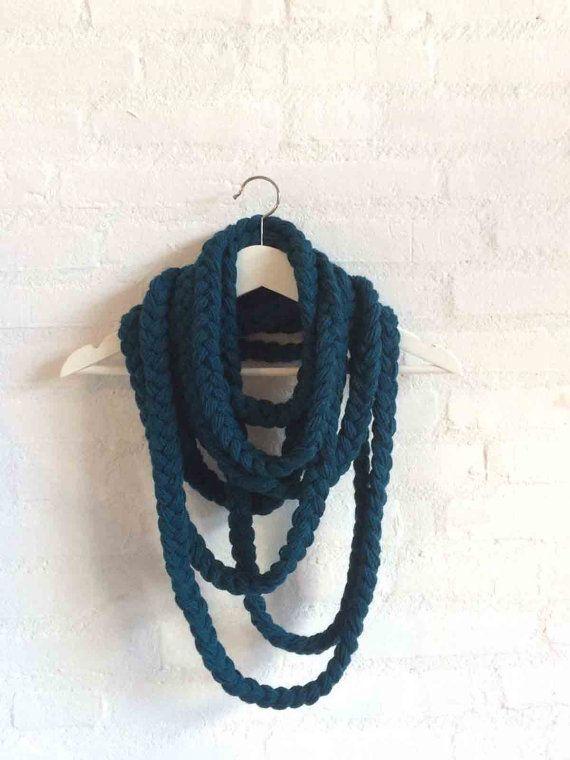 Donkerblauwe, gevlochten sjaal bestaande uit drie losse strings.