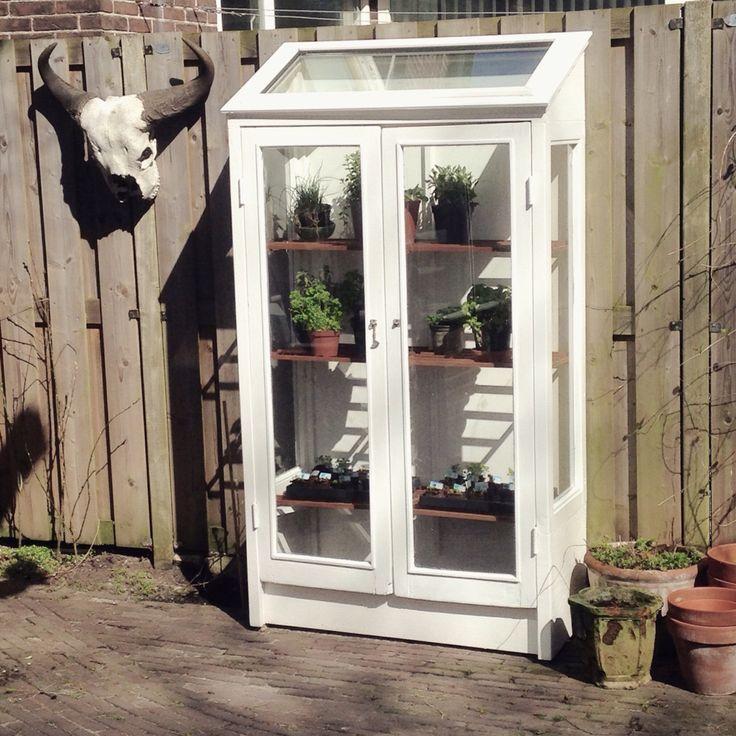 Muurkas gemaakt van oude ramen
