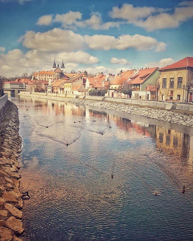 Jako na závodní dráze v řece Jihlava v Třebíči. Like a race track in river Jihlava in Trebic Post processing in mobile apps only  #iphone7plus #trebic #jewishtown #cityview #river #snapseed #justforfun #spring2018 #minimalism
