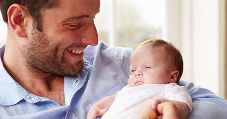 Mais cinco dias de licença parental obrigatória para os pais