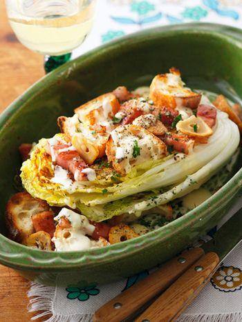 新感覚のシーザーサラダといった感じ。白菜を焼く時は、蓋をして蒸らし、甘みを引き出すのがポイント!生クリーム&粉チーズ濃厚なソースはコクがあって、白菜と相性抜群!