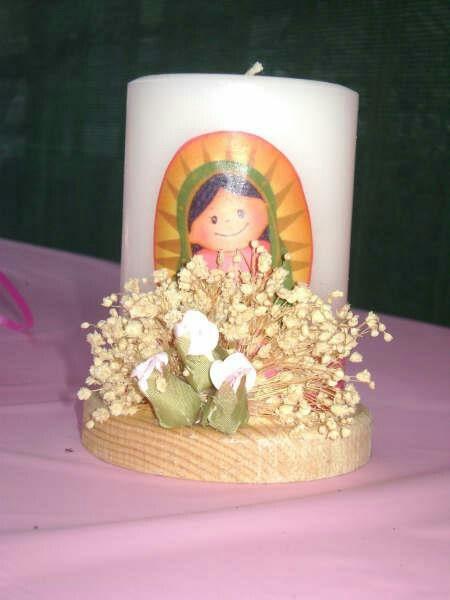 Centro de mesa con vela para bautizo.