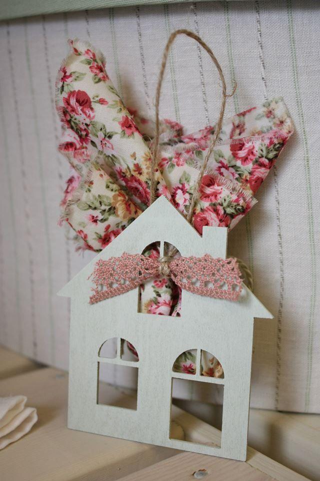 Ξεχωριστή μπομπονιέρα ξύλινο σπιτάκι, βαμμένο στο χέρι, με λεπτομέρεια από δαντέλα και floral βαμβακερό πουγκάκι που εσωκλείει τα κουφέτα. #baptism #favor #christening favor #cotton #shabby chic favor #floral fabric #wooden house favor