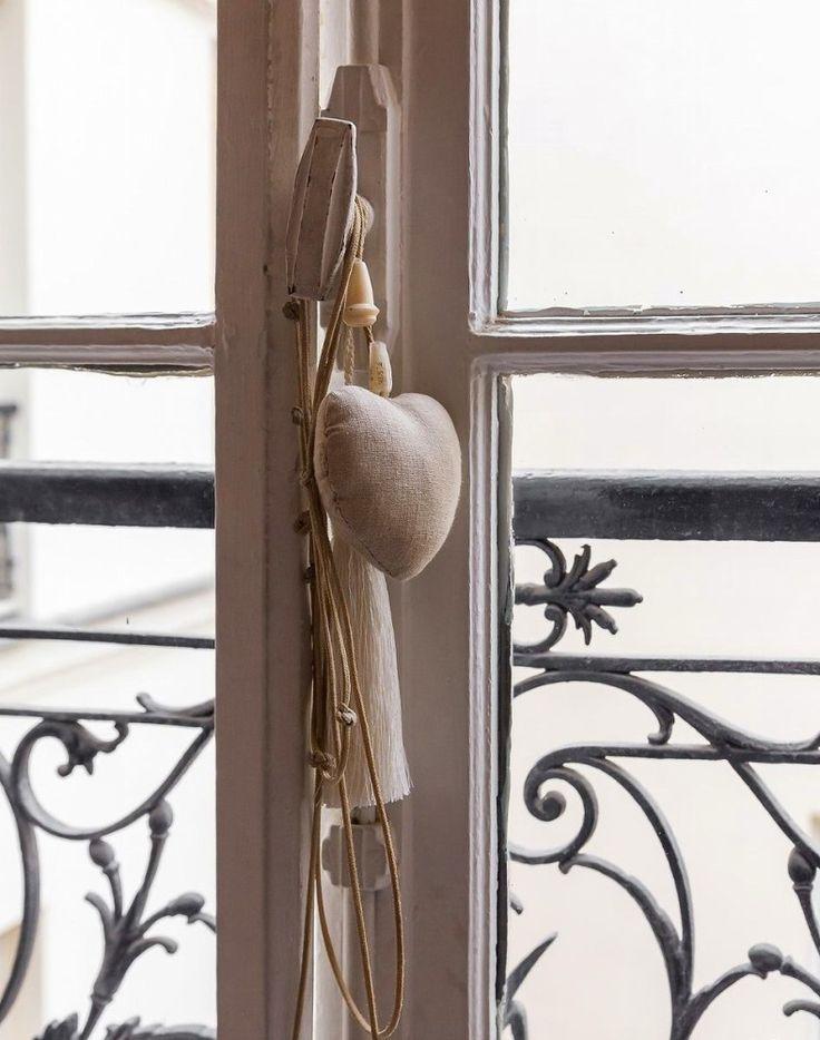 Декор в цветах: серый, светло-серый, коричневый. Декор в стиле французские стили.