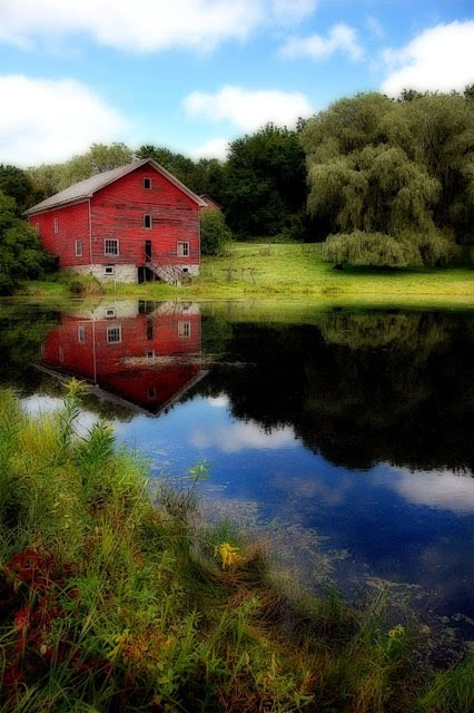beautiful barn and settingThe Ponds, Beautiful Photos, Beautiful Barns, Country Living, Beautiful Places, Barns Beautiful, Barns Ponds, Red Barns, Old Barns