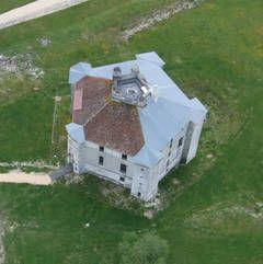 maulnes - 2) CHEF-D'OEUVRE OUBLIE EN REDECOUVERTE - Pour répondre à ces questions, il faut essayer d'imaginer l'aspect de ce château envahi par les ronces, avant qu'il ne devienne la propriété du Conseil Général de l'Yonne en 1997. Et tel un conte de fée, la ronce disparut et le bâtiment apparu dans toute sa splendeur. Son intérêt a grandi dans le monde de l'histoire de l'art et de l'architecture dans le même temps que les travaux de différents spécialistes permirent de mieux le connaitre.