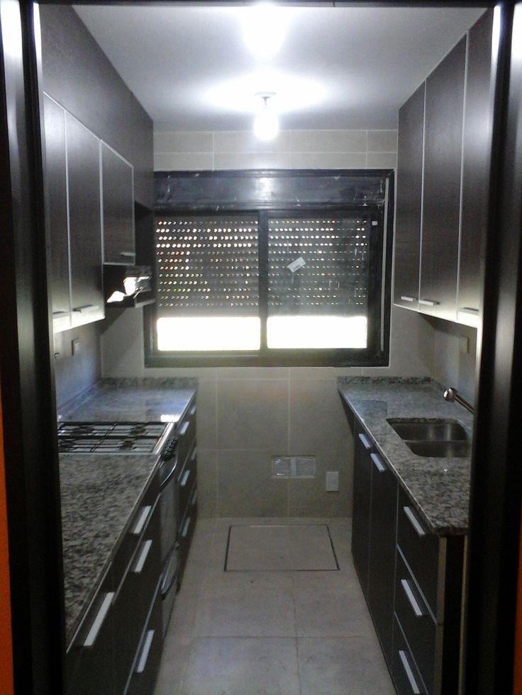 Amoblamiento de cocina Roble moro. Tapacanto de aluminio anodizado.