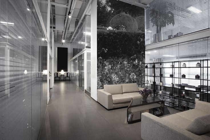 Een grote en vooral hoge hal, wachtruimte of kantoor, met een prachtige…