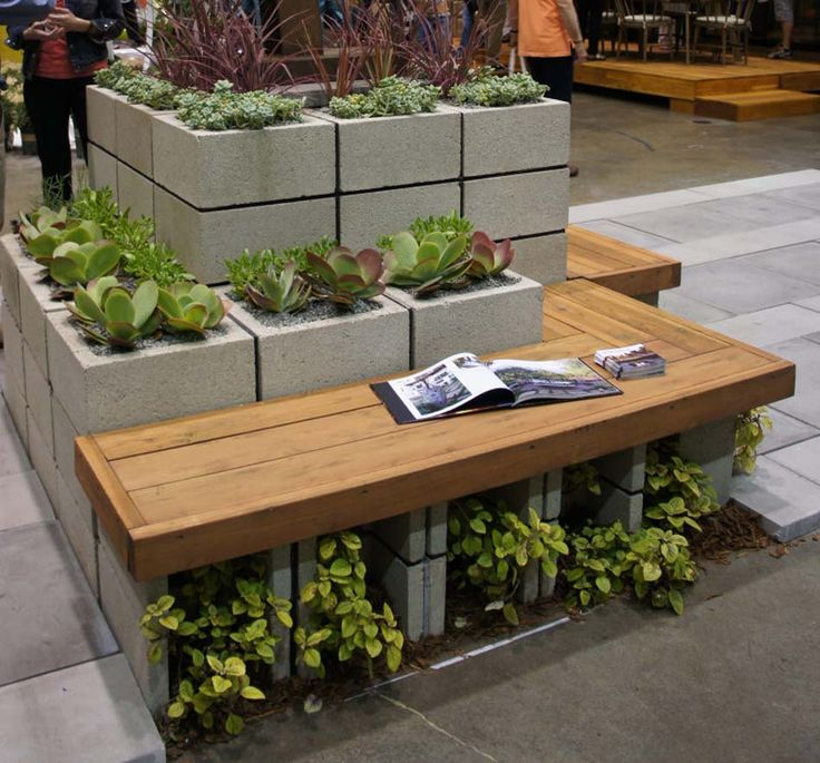 Combiner les parpaings et les assises en bois pour créer une ambiance unique
