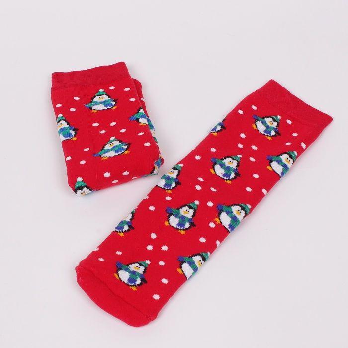 68f01f52f77 Коледни термо дамски чорапи в красив червен цвят с много малки пингвинчета  и бели точки.