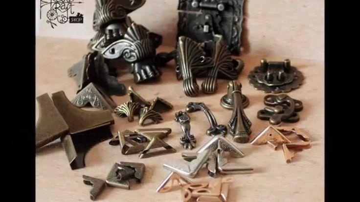 Zbliżenie na garść nowych okuć - narożników albumowych, nóżek do pudełek i skrzynek, zamknięć, uchwytów.  A close-up of some new fittings - album corners, box feet, handles, locks. http://www.retrokraftshop.pl/pl/12-okucia-naro%C5%BCniki-n%C3%B3%C5%BCki
