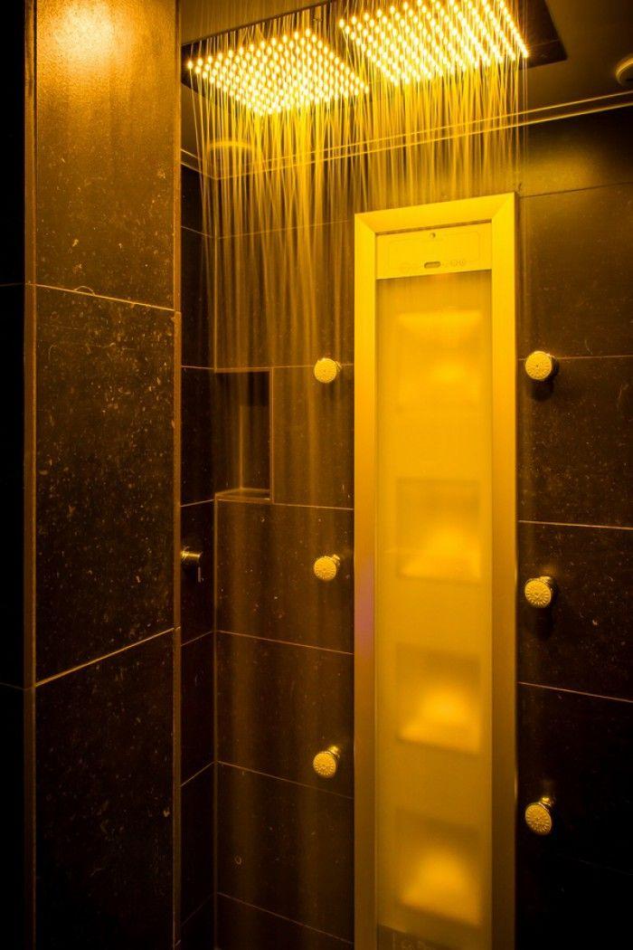 (De Eerste Kamer) Pure wellness ontdekt u in deze luxe inloopdouche. De plafonddouche is voorzien van led-verlichting waarmee het juiste sfeertje wordt gecreëerd. Met de Sunshower en zijdouches aan is douchen gegarandeerd genieten. Meer foto's van deze badkamer kunt u vinden op www.eerstekamerbadkamers.nl