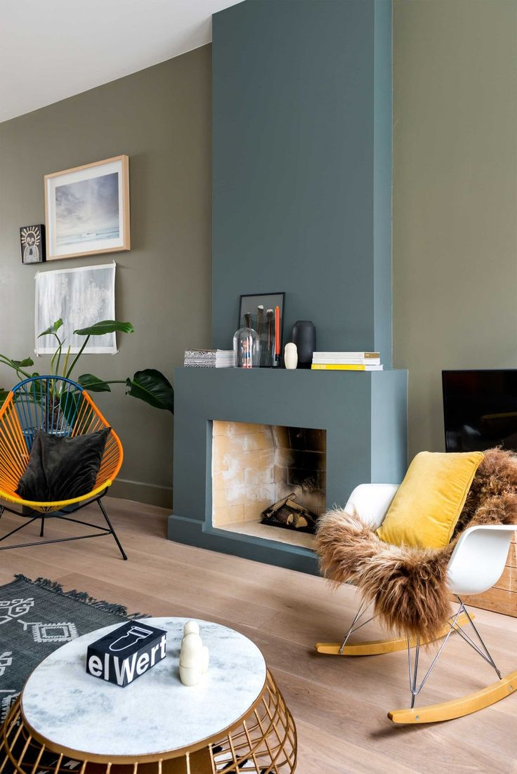 Lichte eiken vloer met donkere kleuren in interieur - Leuk dat gele accent erbij!