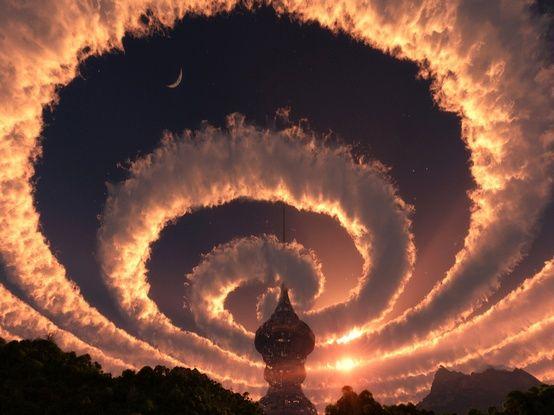 Nuvem espiral no céu dos Himalaias. Um iridescente arco-íris. O fenômeno foi observado em 18 de outubro de 2009.  Fotografia: Wasbella 102.
