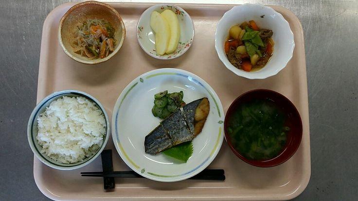 3月2日。魚の香味焼き、肉じゃが、春雨のごま酢和え、小松菜の味噌汁、リンゴでした!魚の香味焼きが特に美味しかったです!615カロリーでした