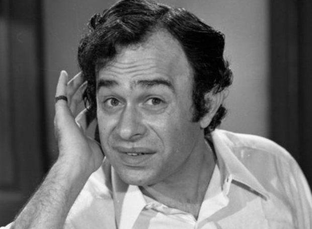 Χρόνης Εξαρχάκος (1932 – 1984): Ηθοποιός του θεάτρου και του κινηματογράφου, που διακρίθηκε κυρίως σε κωμικούς ρόλους.