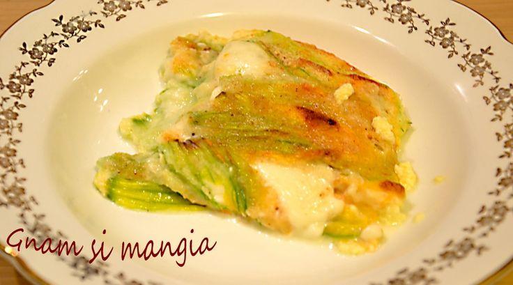 Il tortino di fiori di zucca al forno è un contorno filante, delizioso e dal sapore delicato.