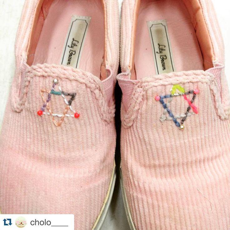 「workshopではおとなりで可愛いバッグを販売していたちょろちゃんが、4時間もかけてスリッポンのスニーカーに刺繍をしてくれました。 こんなに可愛いスニーカーに完成♡♡♡ #emiumigumi  #workshop #きぬや」