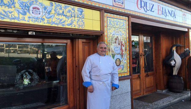 Antonio Cosmen prepara en La Cruz Blanca Vallecas el que está considerado el mejor cocido de Madrid.