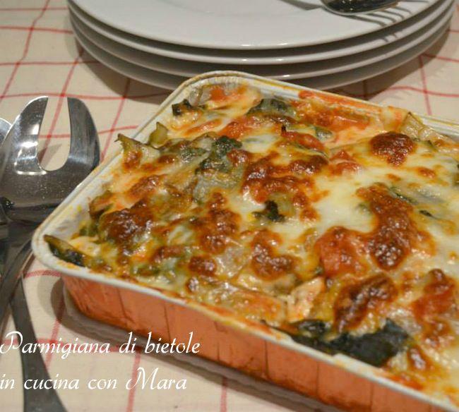 La parmigiana di bietole è un sostanzioso piatto unico a base di bietole rese golose dalla presenza di prosciutto e mozzarella gratinate in forno.