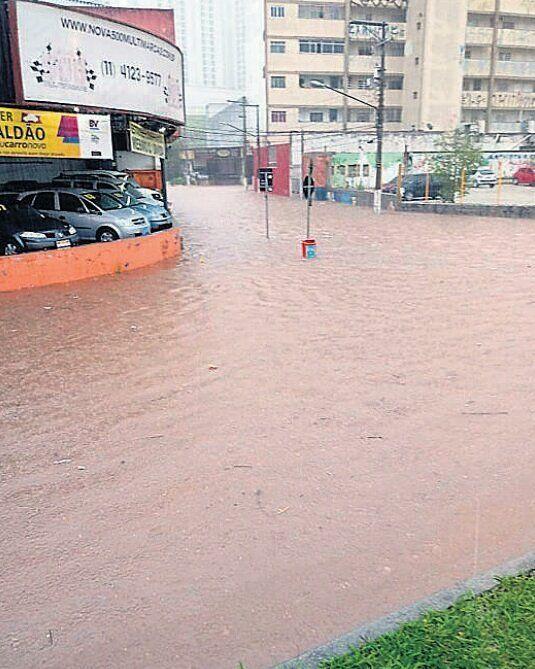 Chuva causa alagamentos em vias do Grande ABC e complica vida de motoristas.Apenas Rio Grande da Serra não registrou problemas com o temporal de ontem cedo.  Leia mais emdgabc.com.br  #chuva #enchente #alagamento #grandeabc #santoandre #saobernardo #saocaetano #diadema #maua #ribeiraopires #riograndedaserra #temporal #dgabc #noticias #problemas #reclamação #transtorno #motoristas #transito #cuidado #alerta