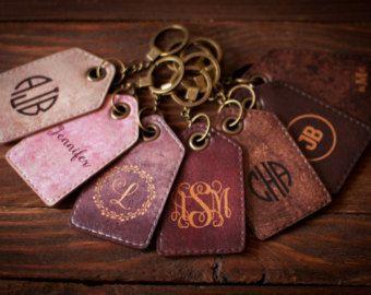 Etiquetas de equipaje personalizadas - Set de 2  Estas etiquetas de equipaje de cuero son elegantes y funcionales. Trae su etiqueta personal magnífico cuando viaja! Estas etiquetas de equipaje están hechas en cuero de vaca genuino importado italiano de alta calidad.    - - - - - - - - - - - - - Measurement - - - - - - - - - - - - - - - - -  Ancho de 7.0 cm Altura: 4.0 cm  Colores y materiales: Cuero de vaca genuino Color: Elegir 2 colores (Total 11 colores)…